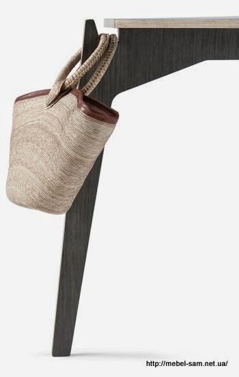 Крючок на ножке позволяет удобно вешать сумку или куртку