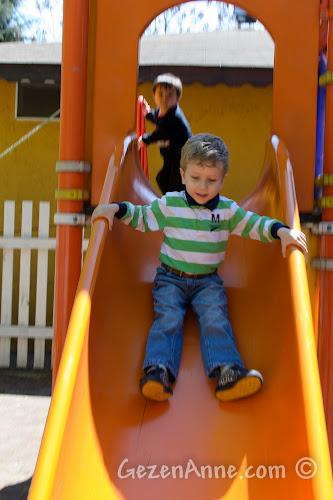 Cumhuriyetköy'deki Beyaz Bahçe'deki çocuk parkında kayarken