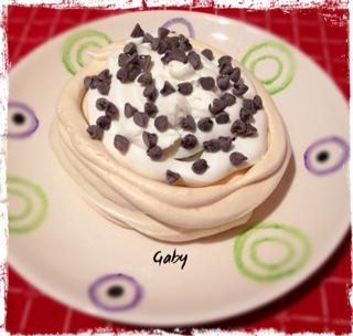 pavlova con ricotta mntata e gocce di cioccolato