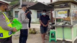 Kapolres Bagikan Sembako Kepada Pedagang Dan Tukang Sol Sepatu Yang Terdampak Ekonomi Akibat Covid-19