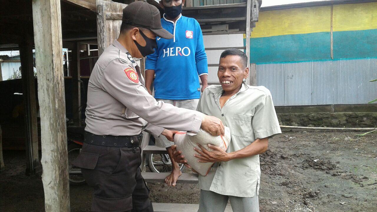 Secara Simbolis Kabag Sumda Polres Soppeng Salurkan Bantuan Beras di Wilayah Polsek Marioriawa