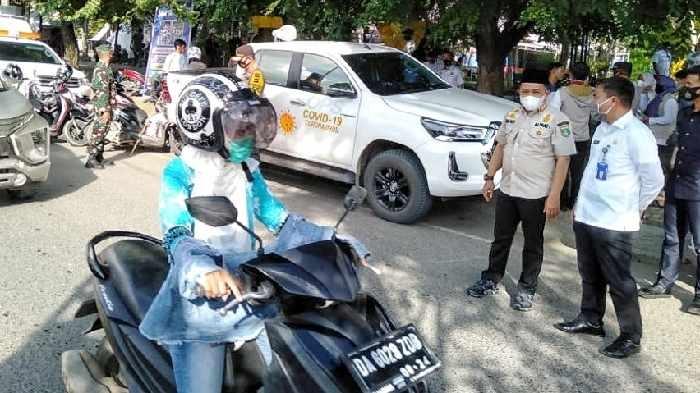 Bupati Sudian Noor memimpin langsung operasi yustisi penegakan protokol kesehatan (prokes) di pusat kota, Rabu (6/1/21) tadi.