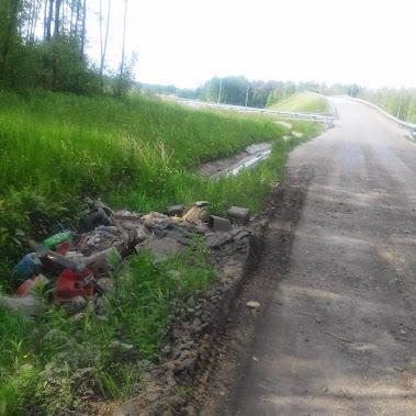 Śmieci wzdłuż drogi technologicznej autostrady odcinek Grady- Brzesko