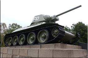 Uno de los dos tanques T 34 que flanquean la estatua de bronce de un soldado del Ejército Rojo - Berlín'15