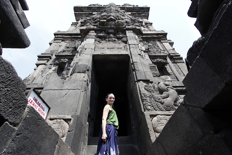 Subiendo las escaleras de un templo de Prambanan