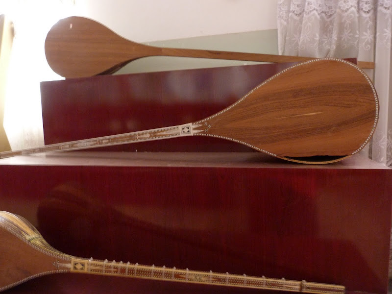 XINJIANG. Kasghar. Fabrique dinstruments de musique - P1280696.JPG