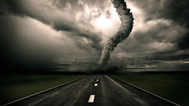 jalan dilintasi badai topan