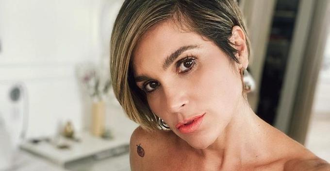 Flávia Alessandra tira o sutiã, deixa blusa aberta e a web suspira