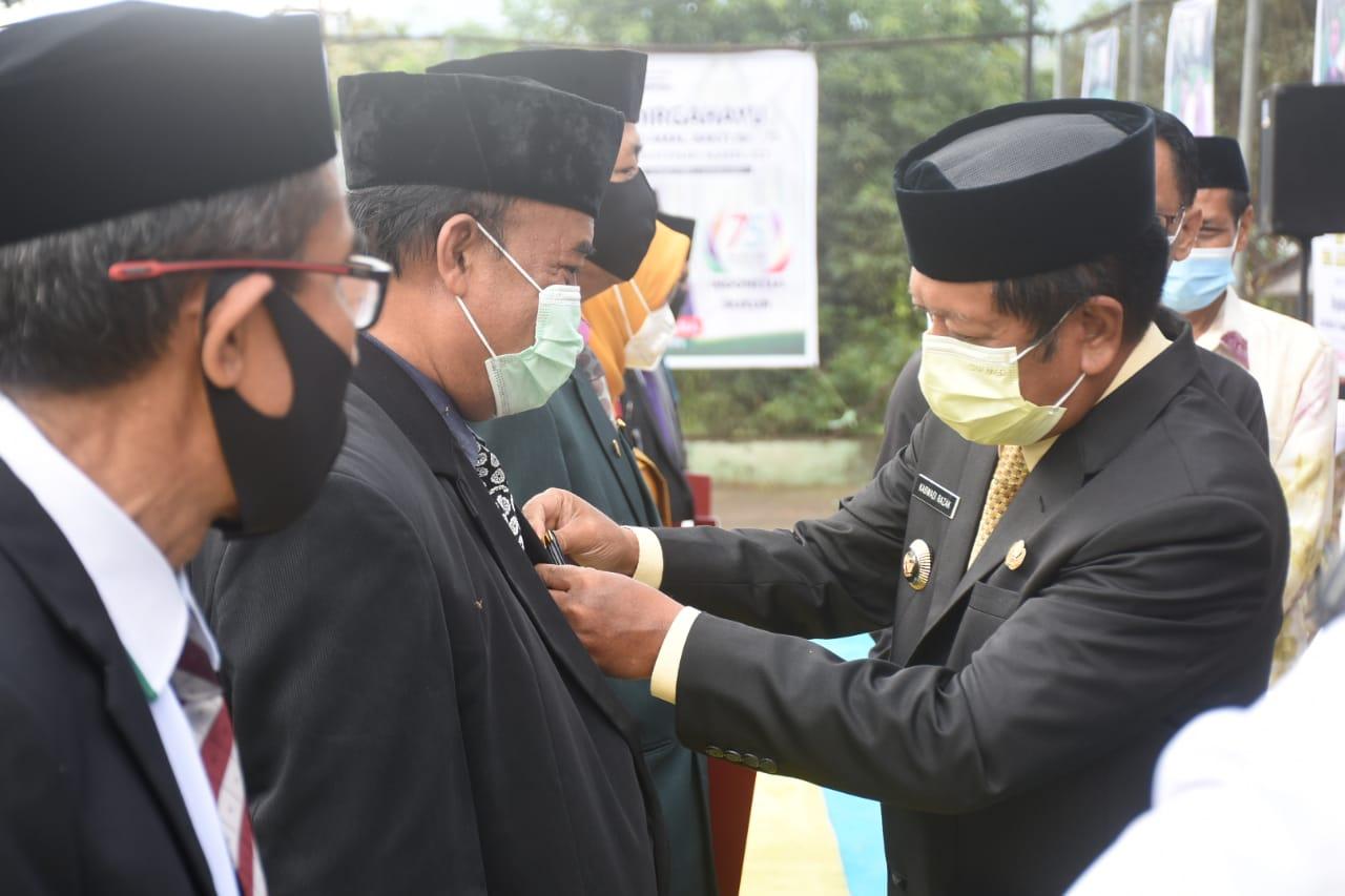 Hari Amal Bakti ke - 75 Kemenag RI, Bupati Soppeng Sematkan Pin Satya Lencana Kepada 25 ASN Kemenag Kabupaten Soppeng