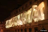 Ecole Boulevard de Belleville : LANG / BAUMANN, «COMFORT #4», PARIS, 2010 / INSTALLATION Sur la façade de l'école primaire du 75-77 boulevard de Belleville, la pièce Comfort#4 conçue en 2007 pour la Villa du Parc d'Annemasse est réactivée pour Nuit Blanche.