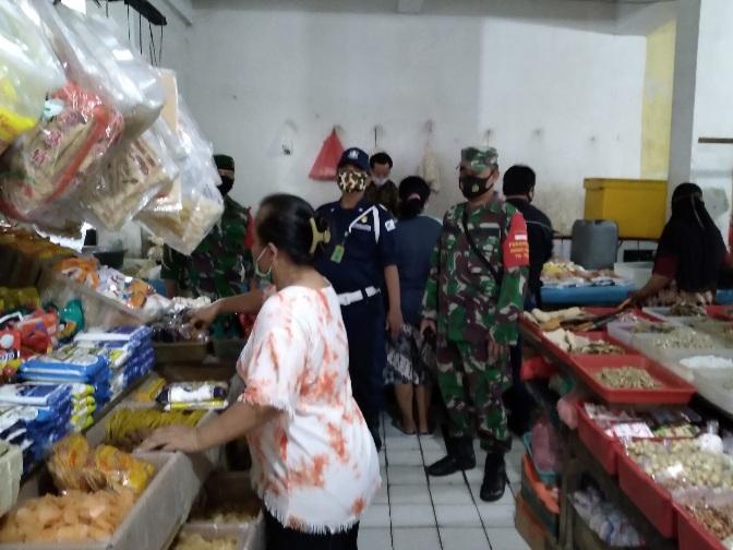 Babinsa Koramil 06/KD Bersama BKO Yonmek 203/AK Himbau Pedagang Patuhi Prokes