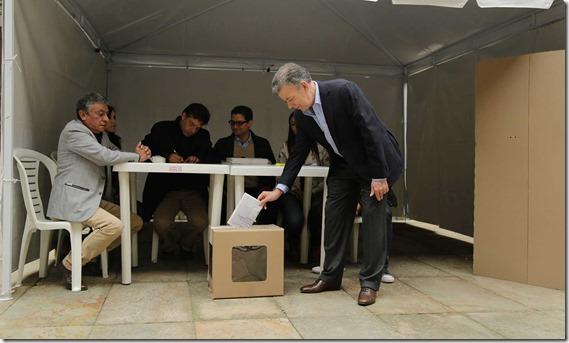 El Presidente de la República, Juan Manuel Santos, depositó su voto a primera hora de este domingo en el Capitolio Nacional, al comenzar la jornada para elegir al Jefe del Estado para el mandato 2018-2022.