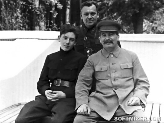 798px-Василий_Сталин,_Николай_Власик,_Иосиф_Сталин,_1935_год