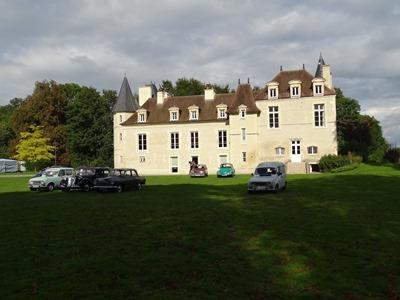 2017.09.17-018 quelques voitures devant le château