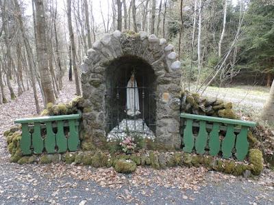 was man nicht alles findet, sogar eine Grotte im Wald