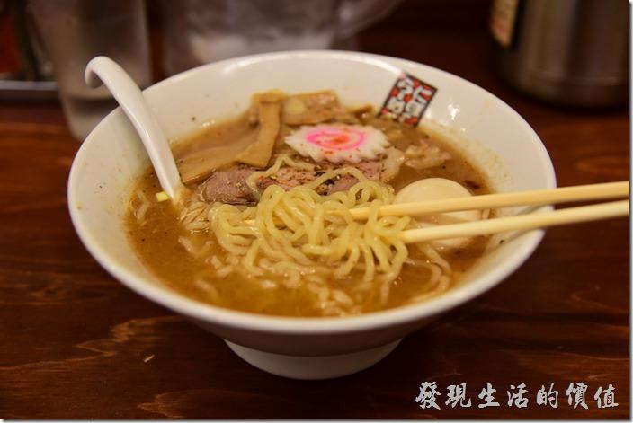 日本-玉五郎拉麵本町店。另外,這裡的拉麵應該是雞蛋麵,與一般台灣吃到的細拉麵不太一樣,麵條Q彈有嚼勁,好像是日本本地拉麵的特色,總之工作熊覺得不難吃就是了。