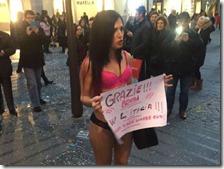 Una donna protesta contro Renzi