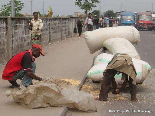 Des sacs de mais troués par de véhicules cherchant à dépasser une charrette lors des embouteillages à Kinshasa le 31/12/2012. Radio Okapi/Ph. John Bompengo