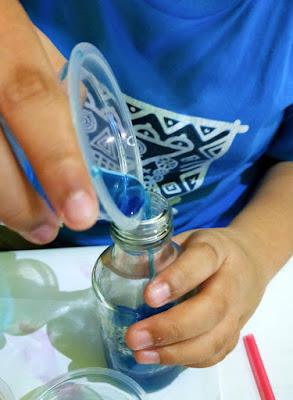 Larutan dituang ke dalam botol