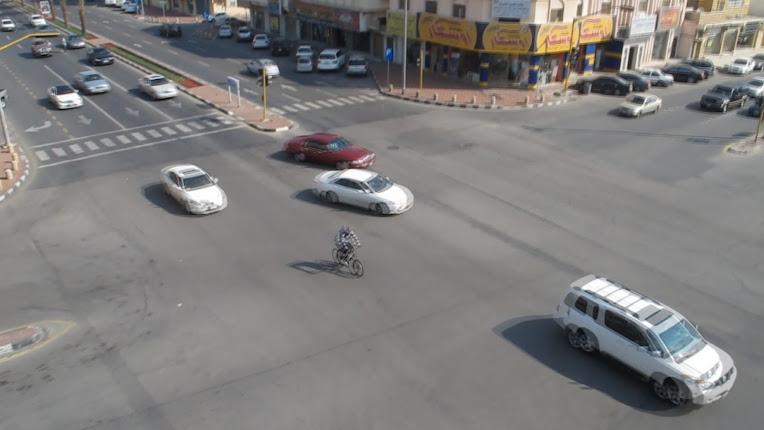 دراجة هوائية تتجاوز الإشارة باستقامة باتباع القيادة المركبية