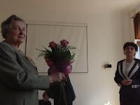 Ádám Zita, a SZMPSZ alelnöke megköszöni Sebők Valériának.JPG