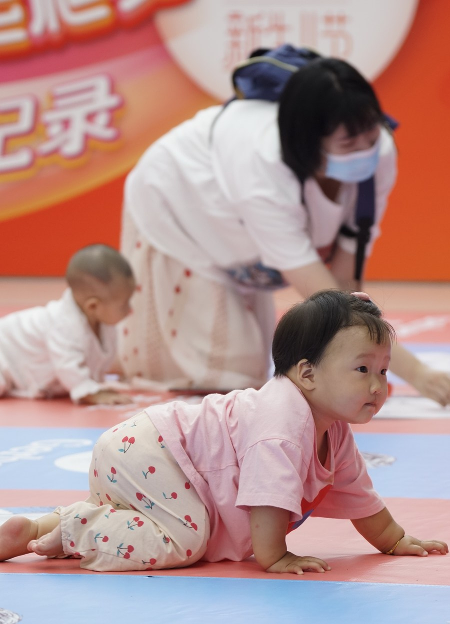 Over 1000 babies attend a baby crawling contest in the capital city of China.