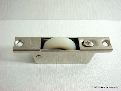 裝潢五金品名:710-可調式V型輪規格:30MM挖孔尺寸:16*56m/m載重:60KG材質:白鐵功能:可適用#0108軌道玖品五金