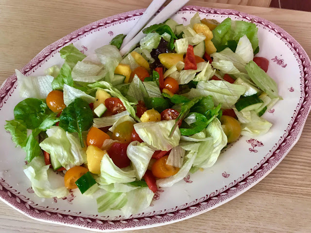 Green salad with mango and lime dressing