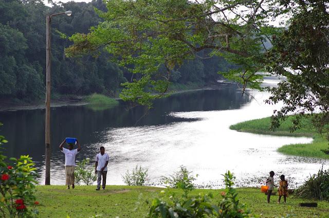 Fin d'après-midi au bord de la Nyong. Ebogo (Cameroun), 9 avril 2012. Photo : J.-M. Gayman