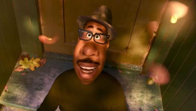 Homem negro, de óculos, chapéu coco, ele tem bigode e sorri espantado enquanto olha pra cima. Ele está sentado no chão de uma calçada. Ele observa folhas secas caírem com o vento.