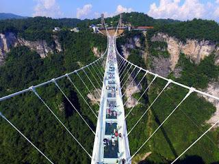 Chine: le pont en verre le plus long du monde ouvre au public.