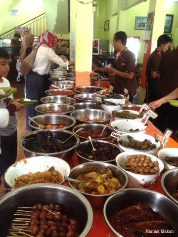 maniak-makan-nasi-jamblang-bu-nur-khas-cirebon-jawabarat-menu-lauk