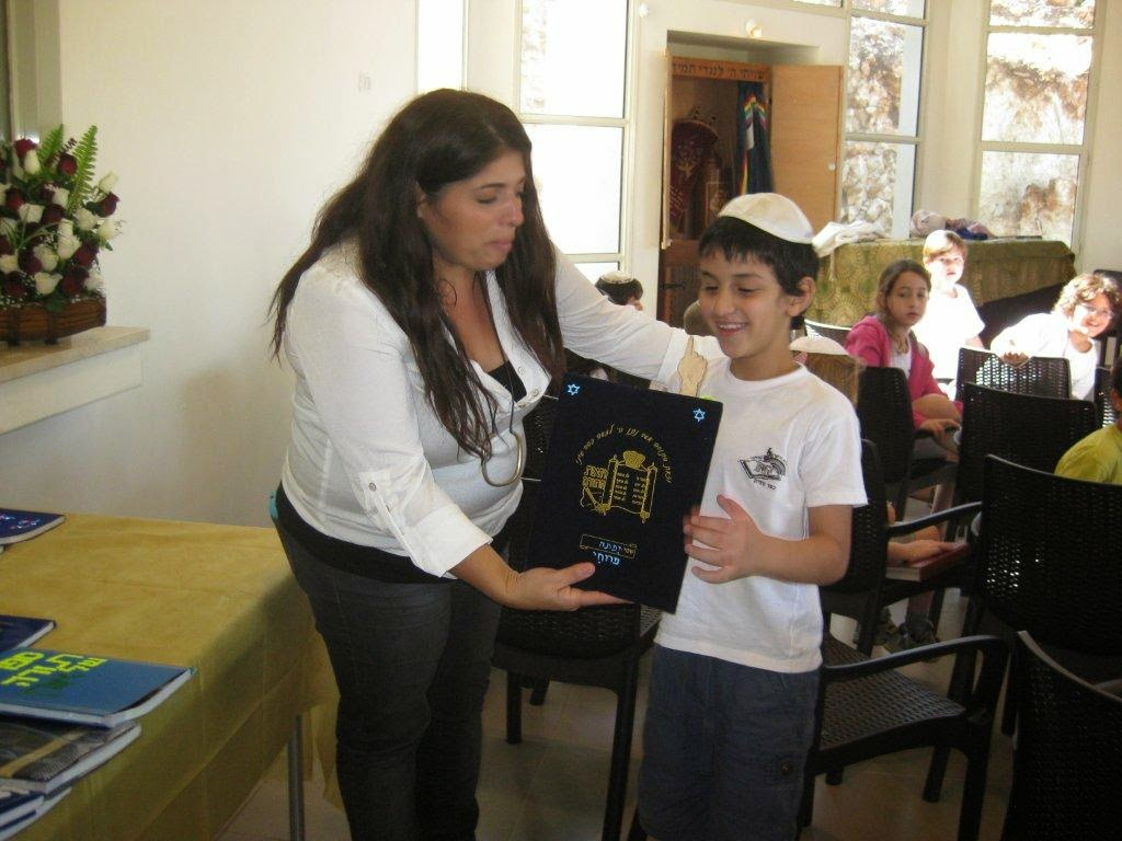 Receiving Torah 2nd grade 2012  - IMG_5327.jpg