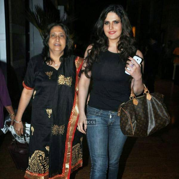 Zarine Khan snapped enjoying a stroll with her mother in Mumbai, on July 16, 2014.(Pic: Viral Bhayani)