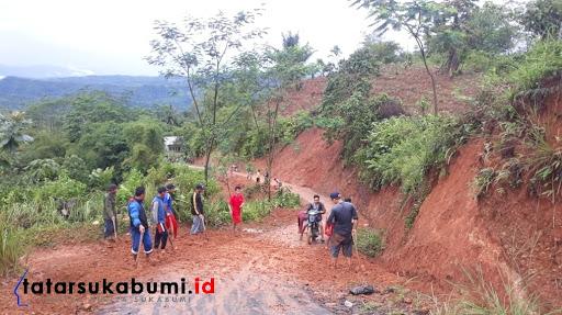 Masyarakat Desa Bunisari Cikidang bersihkan jalan yang tertutup material longsor / Foto : Isep Panji (25/1/2019)