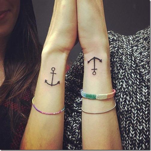 tatuaje_de_ancoras_cubiertas_en_las_muñecas