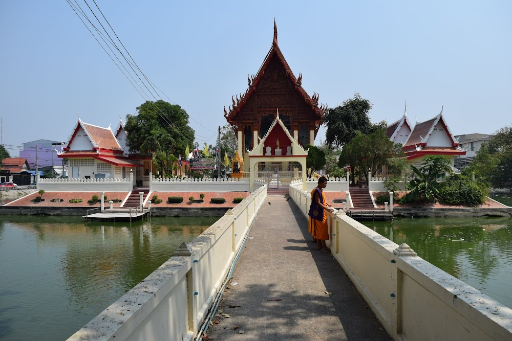 The Wat Phra Narai Maharat is a small island, surrounded by a moat... a few monks are hanging out on the bridge as I approach...