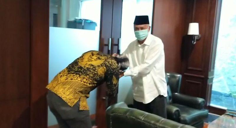 Beredar Video Abu Janda Temui Eks WakaBIN Kiai As'ad Ali dan Cium Tangannya