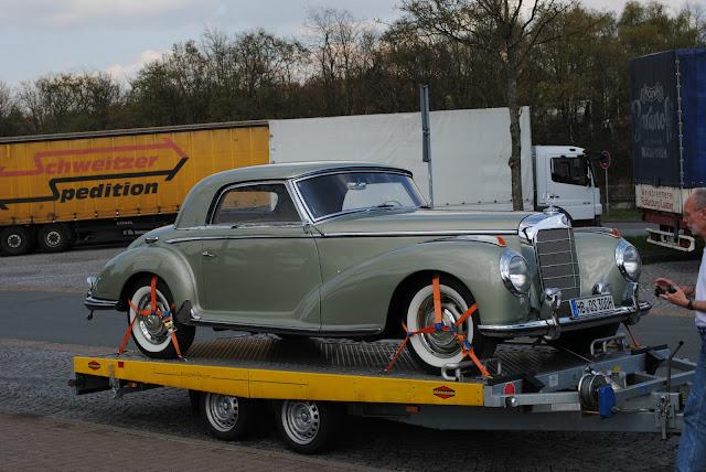 En gammel Mercedes kom forbi