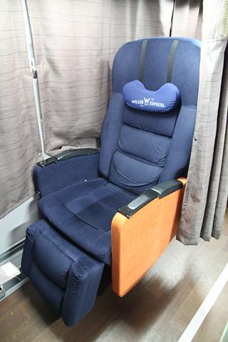 ウィラーエクスプレス西日本「ニュープレミアム」 ・367 1人掛けシート 通常時