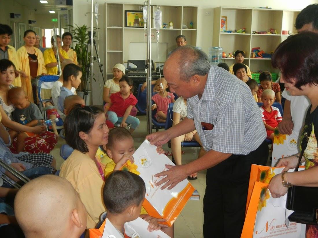 Mỗi phần quà tuy không lớn nhưng thể hiện sự quan tâm của xã hội đối với các em
