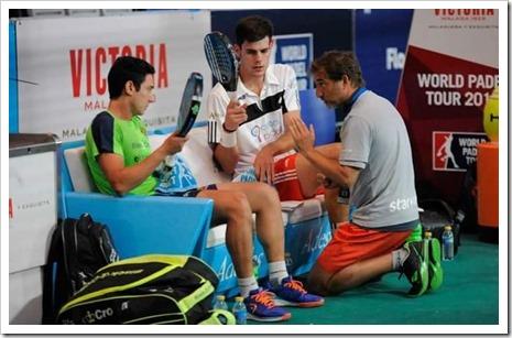 Uri Botello y Javier Concepción recibiendo instrucciones de Jorge Martínez