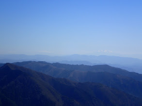 薄っすらと乗鞍岳(左)と木曽御嶽山(右)