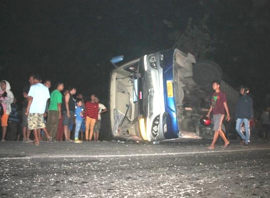 berita foto video sinar ngawi terkini: inilah kronologinya bus terguling di watualang ngawi jawa timur