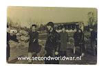 Roel buitink op renbaan Duindigt, Operatie manna, tweede wereldoorlog. Voedsel wordt verzameld. Op de achtergrond de hoofdtribune.