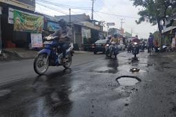 Lubang dan Gelombang di Jalan Raya Kalirungkut Ganggu Perjalanan