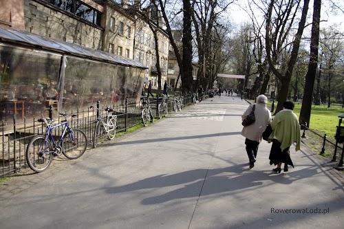 Na Planty wielu przyjeżdża rowerami.