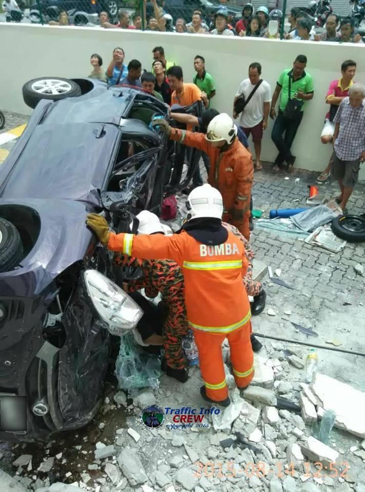 gambar kereta jatuh dari parking.jpg