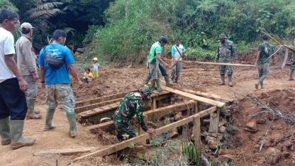 Partisipasi Warga  Giat perbaiki Jembatan Rusak  di TMMD Kodim Tapsel