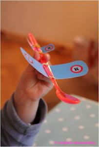 activite-enfant-cuilleres-avion-pour-raconter-des-histoires-en-mangeant